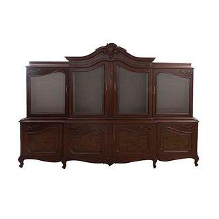 Vitrina. SXX. Elaborada en madera tallada y enchapada. A 2 cuerpos. Con 8 puertas abatibles, 4 con cristal biselado. 221 x 321 x 55 cm