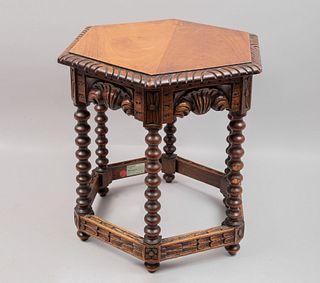 Mesa auxiliar. Principios del SXX. Elaborada en madera. Con cubierta hexagonal, fustes balaustrados, soportes tipo carrete.