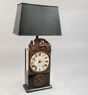 Lámpara de mesa. SXX. Elaborada en metal. Para dos luces. Con pantalla de lámina, fuste a manera de reloj. 88 cm altura