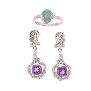 Par de aretes y anillo con amatistas y esmeralda en plata .925. 2 amatistas corte cojín. 1 esmeralda corte oval. Talla: 8. P...
