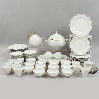 Servicio abierto de vajilla. Alemania, SXX. Elaborado en porcelana. Marca Lorenz Hutschenreuther. Piezas: 100