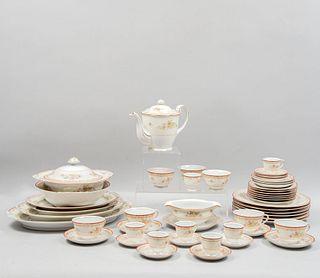 Servicio abierto de vajilla. Japón ocupado, SXX. Elaborada en porcelana Sone China. Decorada a mano con elementos florales. Piezas: 119