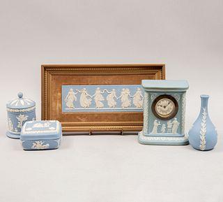 Lote de artículos decorativos. Inglaterra, SXX. Elaborado en porcelana Wedgewood color azul. Consta de: reloj, otros. Piezas: 5