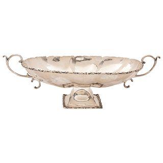 CENTRO DE MESA SIGLO XX Plata Sterling Ley 0.925 Diseño oval gallonado. Bordes y asas con motivos vegetales Peso total: 1227 g