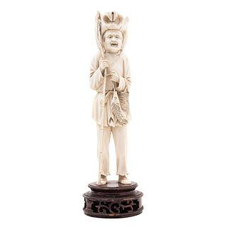 ANCIANO PESCADOR. CHINA, SIGLO XX. Talla en marfil. Incluye base de madera. 23 cm de altura.