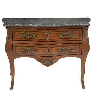 CÓMODA. FRANCIA, SXX. Estilo LUIS XV. Elaborado en madera de roble. Con cubierta irregular de mármol gris, 2 cajones.