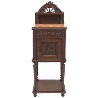 MESA DE NOCHE. FRANCIA, SXX. Estilo BRETÓN. Elaborada en madera de roble. Con cubierta de mármol rojo, cajón, puerta. | NIGHTSTAND. FRANCE, 20TH CENTU