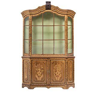 VITRINA. PRINCIPIOS DEL SIGLO XX. Estilo HOLANDÉS. En madera enchapada con aplicaciones de bronce. 220 x 146 x 30 cm.