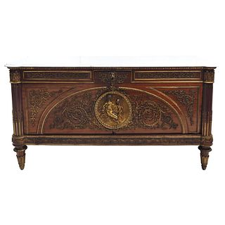 CÓMODA. FRANCIA, SIGLO XIX. En madera con aplicaciones de bronce dorado y cubierta de mármol blanco.92 x 182 x 67 cm.