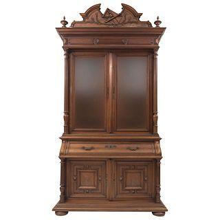 VITRINA-SECRETER. FRANCIA, SIGLO XX. Elaborada en madera de nogal Con 4 puertas, 2 de cristal, 2 cajones, entrepaños y cajones...