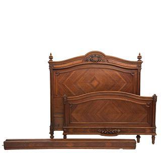 CAMA MATRIMONIAL. FRANCIA, SXX. Estilo ENRIQUE II. En madera de nogal. Con cabecera, piecera, largueros y soportes tipo carrete.