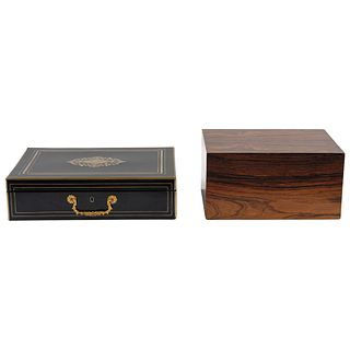 PAR DE CAJAS CIGARRERAS SIGLO XX Cigarrera 1: En madera tallada y policromada en negro con decoración dorada   33 x 23 x 9 cm