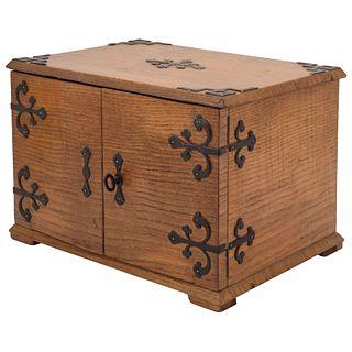 CAJA CIGARRERA FRANCIA Ca. 1900 Elaborada en madera con herrajes, bordes y chapa de metal dorado y plateado  20 x 28 x 19 cm