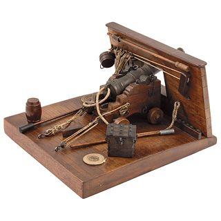 FORTALEZA Y CAÑÓN A ESCALA E. LITTEL, SUIZA, SIGLO XX  Carro y base de madera, cañón de bronce. Incluye accesorios