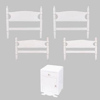 Recámara. SXX. Madera torneada y laqueada en color blanco. Consta de: Par de camas individuales y buró. Piezas: 3