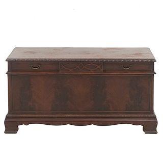Baúl. SXX. Elaborado en madera. Don cubierta abatible, tiradores de metal y soportes semicurvos. Decorado con molduras.