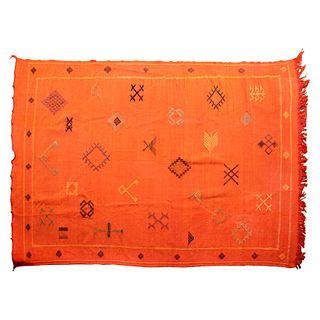 Tapete. Medio Oriente, sXX. Estilo Kilim. Elaborado en fibras de lana y algodón. Detalles de conservación. 145 x 247 cm.