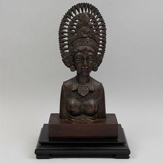 Busto de dama oriental. SXX. Fundición en bronce con base de madera entintada. 33.5 cm de altura.