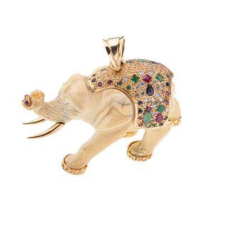 Pendiente de marfil con incrustaciones de diamantes, zafiros, rubíes y esmeraldas en oro amarillo 14k.
