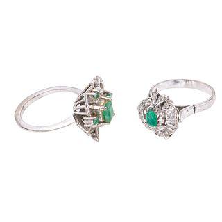 Dos anillos vintage con esmeraldas y diamantes en plata paladio. 5 esmeraldas corte redondo, rectangular y cojín.