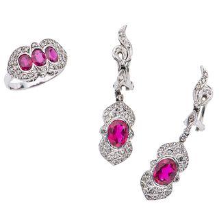 Anillo y par de aretes vintage con rubíes, diamantes y simulantes en plata paladio. 3 rubíes corte oval 1.05 ct.