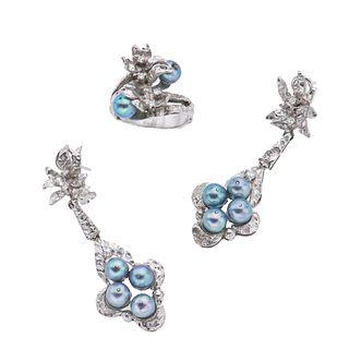 Anillo y par de aretes vintage con perlas y diamantes en plata paladio. 10 perlas cultivadas color azul de 5 mm.