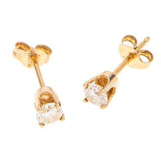 Par de broqueles con diamantes en oro amarillo 14k. 2 diamantes corte brillante de 0.30 ct. Peso: 0.5 g.