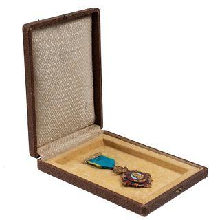 Medalla de la Legión de Honor. Metal dorado y esmalte. Listón azul. Con estuche.