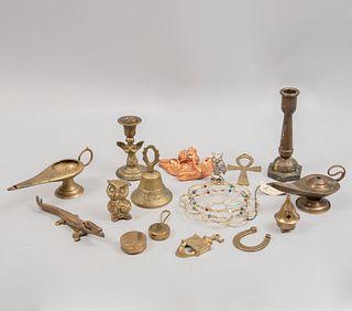 Lote de artículos decorativos. SXX. Elaborados en bronce y cobre. Diferentes diseños. Consta de: campana, candeleros, otros. Piezas: 16