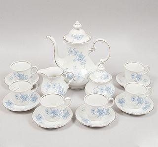 Juego de té. Alemania, SXX. Elaborado en porcelana de Bavaria. Marca Winterling. Consta de tetera, azucarera, cremera y 6 ternos. Pz 15