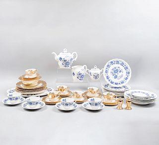 Lote de 2 servicios de té. México y EE. UU, SXX. Elaborados en cerámica y semiporcelana. Una sellada Nueva San Isidro.