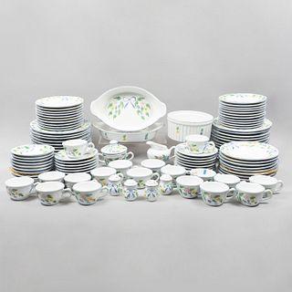 Servicio abierto de vajilla. Hungría. SXX. Elaborado en porcelana Herend Village pottery. Consta de: Azucarera, cremera, otros.