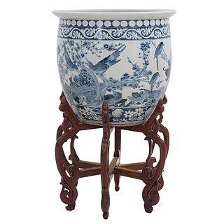Jardinera. Origen oriental, SXX. Estilo cantonés. Elaborada en porcelana con base de madera. Decorada con elementos orgánicos.
