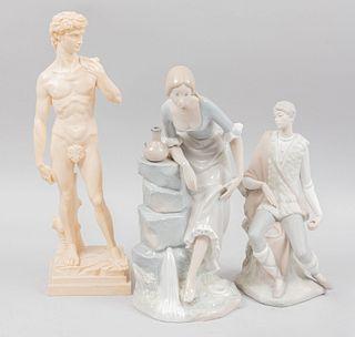 Lote de 3 figuras decorativas. España e Italia, SXX. Elaboradas en porcelana Lladró y pasta. Acabado brillante.