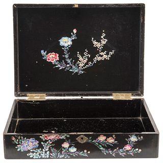 Alhajero. China, Ca. 1900. Estilo chinesco. Elaborado en madera ebonizada. Decorado con motivos florales y zoomorfos en concha nácar.