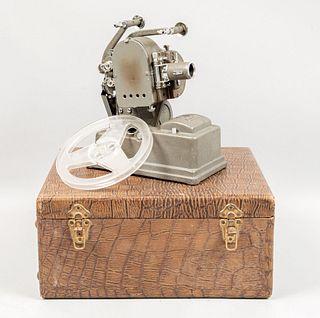 Proyector. Estados Unidos, SXX. Marca Keystone Manufacturing, Inc. Estructura metálica y material sintético. Modelo R-8, 8mm.