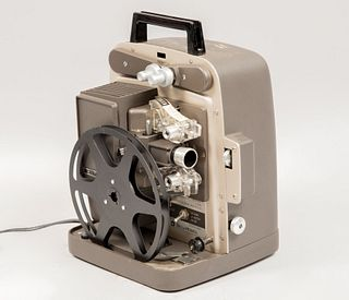Proyector portátil de 8mm. Estado Unidos, SXX. De la marca Bell & Howel. Modelo 364A. Elaborado en metal, baquelita y material sintétic