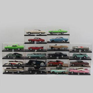 Lote de 20 autos a escala. SXX. Elaborados en resina moldeada policromada con capelo de acrílico. Diferentes modelos.