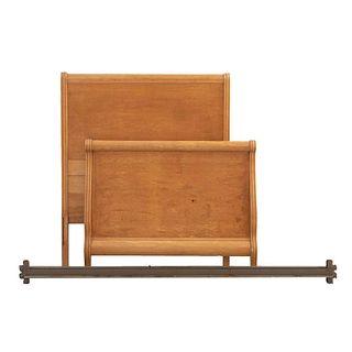 Cama individual. SXX. Elaborada en madera tallada y metal. Con cabecera, piecera y largueros. Decorada con molduras.