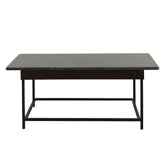 Mesa de centro. SXX.  Elaborada en metal color negro. Con cubierta rectangular de granito color gris. 43 x 100 x 52 cm