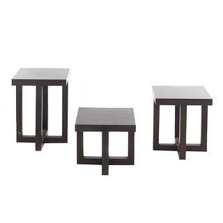 Juego de 3 mesas de servicio. SXXI. Elaboradas en madera. Cubiertas rectangulares, fustes y soportes lisos.