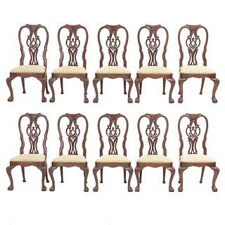 Lote de 10 sillas Chippendale. SXX. Elaboradas en madera. Con asiento de tela color verde. Respaldos semiabiertos, fustes semicurvos.