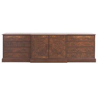 Trinchador. SXX. Elaborado en madera. Con cubierta rectangular, cajones, puertas y soportes tipo zócalo.