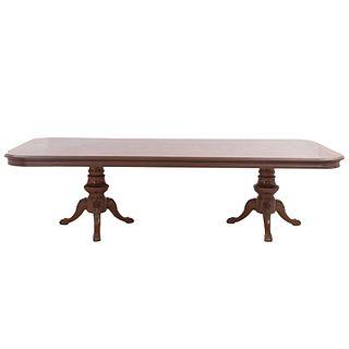 Mesa de comedor. SXX. Elaborada en madera. Con cubierta rectangular, fustes a manera de jarrón y soportes tipo garra.