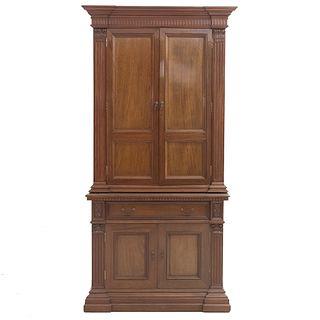 Cantina. SXX. Elaborada en madera. Con 4 puertas, cajón y soporte tipo zócalo. Decorada con elementos arquitectónicos.