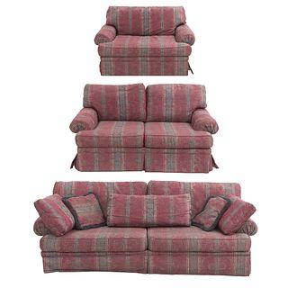 Sala. SXX. Estructura en madera. Consta de: par de love seats y sillón. Respaldos cerrados y asientos con cojines en tapicería floral.