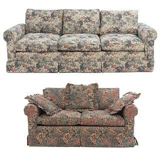 Lote de 2 sillones. SXX. Estructura en madera. Consta de: love seat y sillón de 3 plazas. Respaldos cerrados y asientos con cojines.
