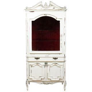 Vitrina. Mediados del SXX. Elaborada en madera. Con 2 puertas inferiores, cajón, 3 entrepaños y puertas superiores.