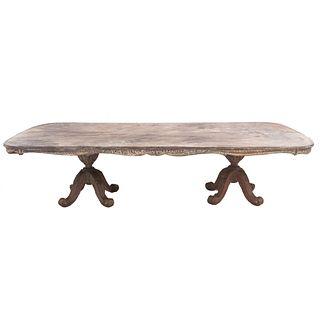 Mesa para comedor. SXX. Cubierta rectangular, fustes tipo jarrón y  soportes tipo orgánicos. Decorada con elementos orgánicos.