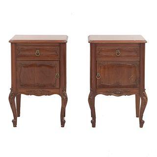 Par de mesas de noche. SXX. Estilo Luis XV. Elaborados en madera. Con cubierta rectangular, cajón, puerta y soportes tipo cabriolé.